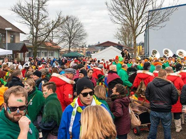 Auf Ettenheims Straßen war das närrische Treiben besonders groß: Auch viele närrische Lörracher und manche Schwaben bereicherten den Ettenheimer Straßenumzug. Die Lörracher Narrengilde kam mit 600 Mitgliedern in die Ortenau.