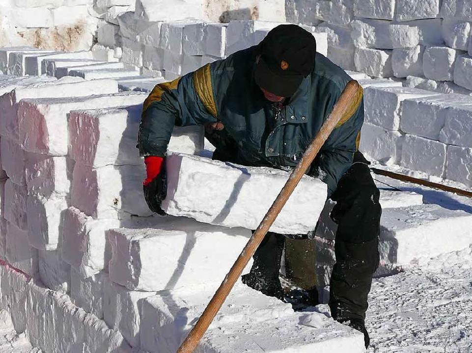 Mit großen Krafteinsatz und der Hilfe ...e, mit den die Wände aufgebaut wurden.  | Foto: Sebastian Barthmes