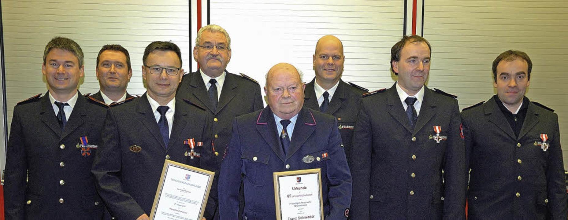 Bei der Jahreshauptversammlung konnten...Jürgen Louis (Dritter von rechts) vor.  | Foto: Jürgen Schweizer
