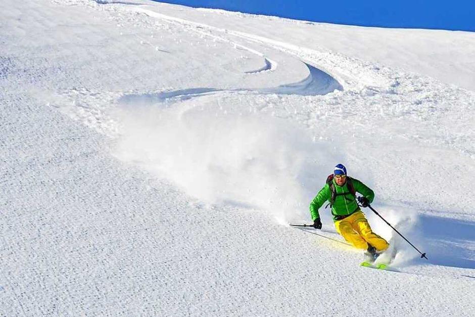 Der Himmel strahlt, die Sonne lacht: Perfekte Voraussetzungen für eine Skitour im Bregenzerwald. (Foto: Stefan Zahler)
