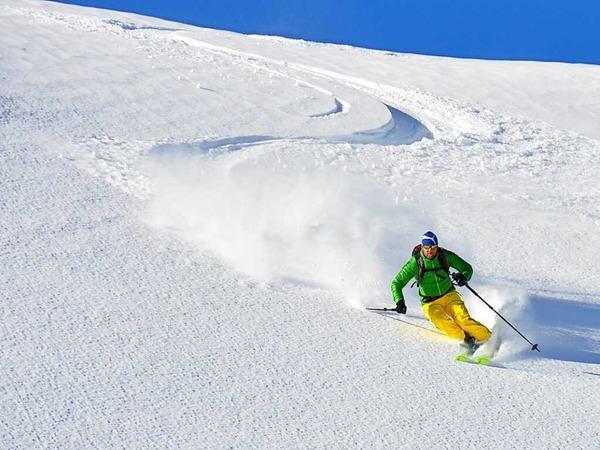Der Himmel strahlt, die Sonne lacht: Perfekte Voraussetzungen für eine Skitour im Bregenzerwald.