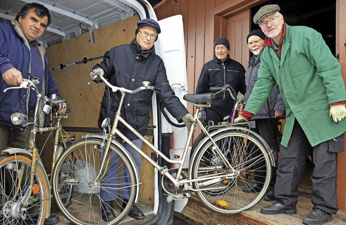 Fahrräder für die Ukraine holte jetzt ...am fehlt auf dem Foto Richard Sobeck.   | Foto: Gerhard Lück
