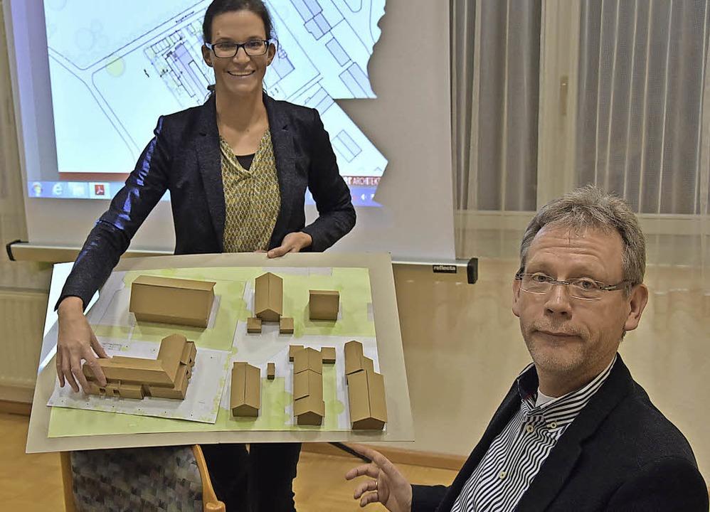Zeigten den Ortschaftsräten die Pläne:...iane Armbruster und Christoph Dürdoth   | Foto: Heinz Vollmar