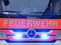 Freiburger Feuerwehr löscht Hallenbrand in Hochdorf
