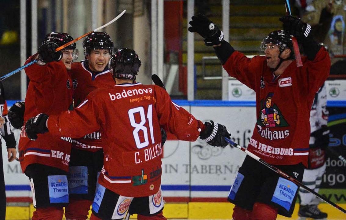 Vier EHC-Spieler bejubeln den vierten Treffer ihres Teams.  | Foto: Patrick Seeger