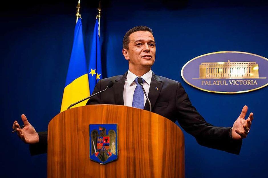 Hier kündigt der rumänische Ministerpräsident Sorin Grandeanu an, dass die Regierung die umstrittene Verordnung zurückziehen wird. (Foto: AFP)