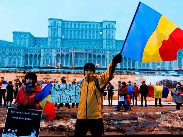 Demonstranten vor dem Parlamentspalast in Bukarest
