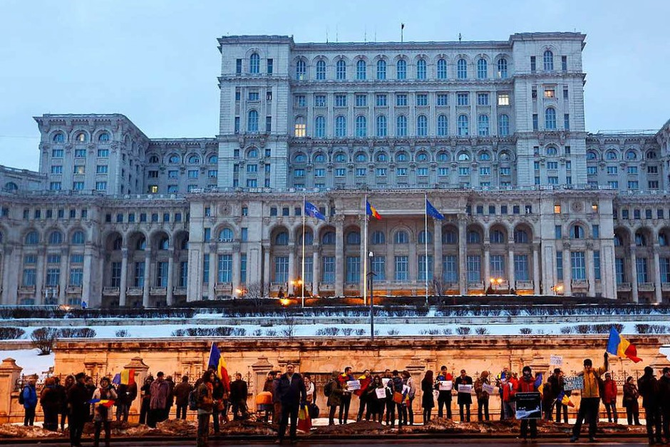 Demonstranten vor dem Parlamentspalast in Bukarest (Foto: dpa)