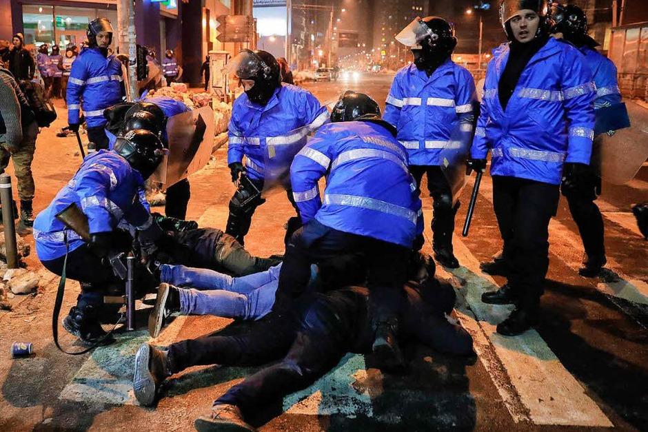 Demonstranten und Bereitschaftspolizisten lieferten sich in der Nacht zum 2. Februar Auseinandersetzungen. (Foto: dpa)