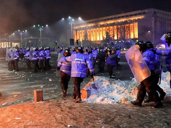 Demonstranten und Bereitschaftspolizisten lieferten sich in der Nacht zum 2. Februar Auseinandersetzungen.