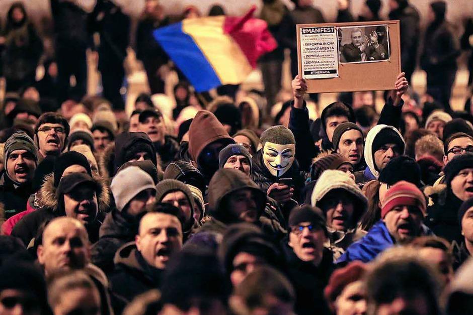 Tausende Menschen protestieren am 29. Januar vor dem Justizministerium in Bukarest (Foto: dpa)