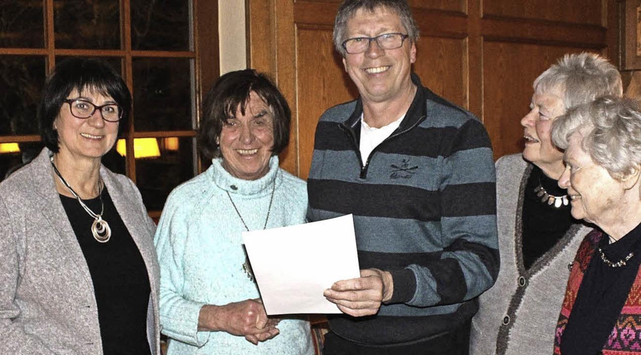 Wolfgang Bahr gratuliert Ursula Weiher.   | Foto: privat