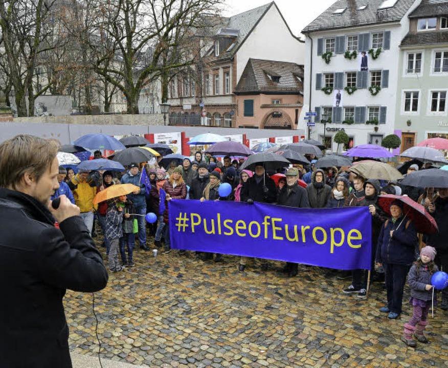 Regen? Egal, wenn die europäische Idee...n und Initiator Moritz Pohle (links).   | Foto: Rita Eggstein