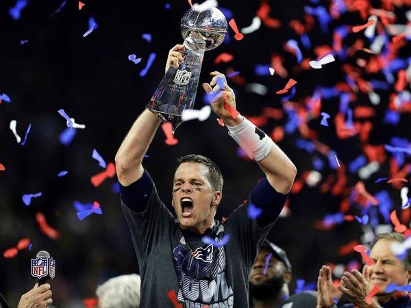 Tom Brady jubelt nach dem Sieg seiner New England Patriots mit dem Pokal.