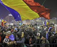 Rumänen bleiben wütend auf der Straße