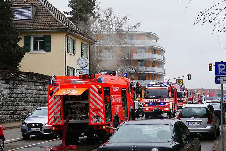 Die Feuerwehr war sehr schnell mit einem Großaufgebot angerückt, links im Bild das brennende Haus. (Foto: Hans-Peter Müller)