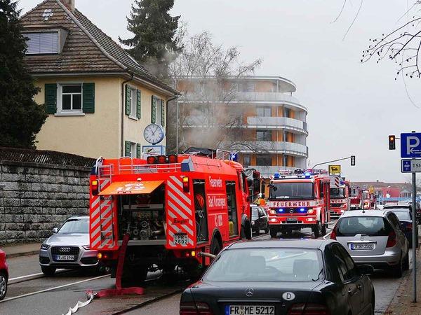Die Feuerwehr war sehr schnell mit einem Großaufgebot angerückt, links im Bild das brennende Haus.