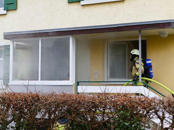 Die Feuerwehr ging mit Atemschutzgerät in das brennende Haus.