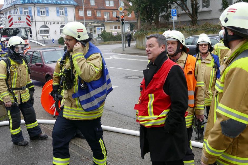 Bad Krozingens Bürgermeister Volker Kieber (rote Weste) war vor Ort und begutachtete die Zerstörungen. Die Mitarbeiter des Abwasserzweckverbandes werden wohl vorerst im Rathaus unterkommen. (Foto: Hans-Peter Müller)