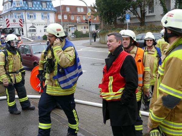 Bad Krozingens Bürgermeister Volker Kieber (rote Weste) war vor Ort und begutachtete die Zerstörungen. Die Mitarbeiter des Abwasserzweckverbandes werden wohl vorerst im Rathaus unterkommen.