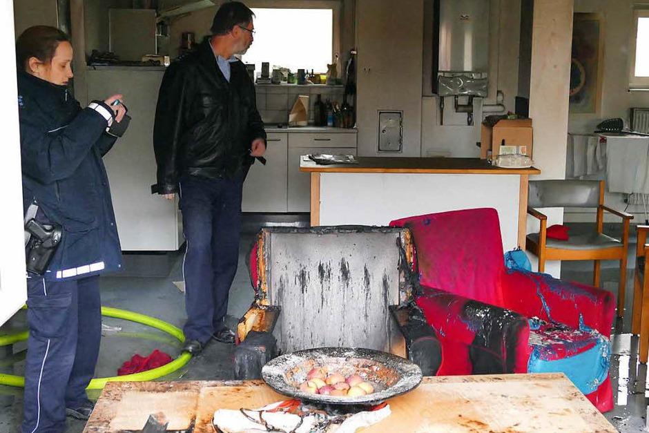 Die Polizei vom Posten Bad Krozingen bei den Ermittlungen der Brandursache. (Foto: Hans-Peter Müller)