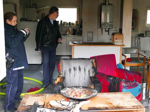 Die Polizei vom Posten Bad Krozingen bei den Ermittlungen der Brandursache.