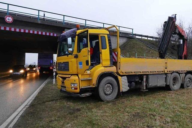 Lastwagen bleibt unter Autobahnbrücke der A5 stecken