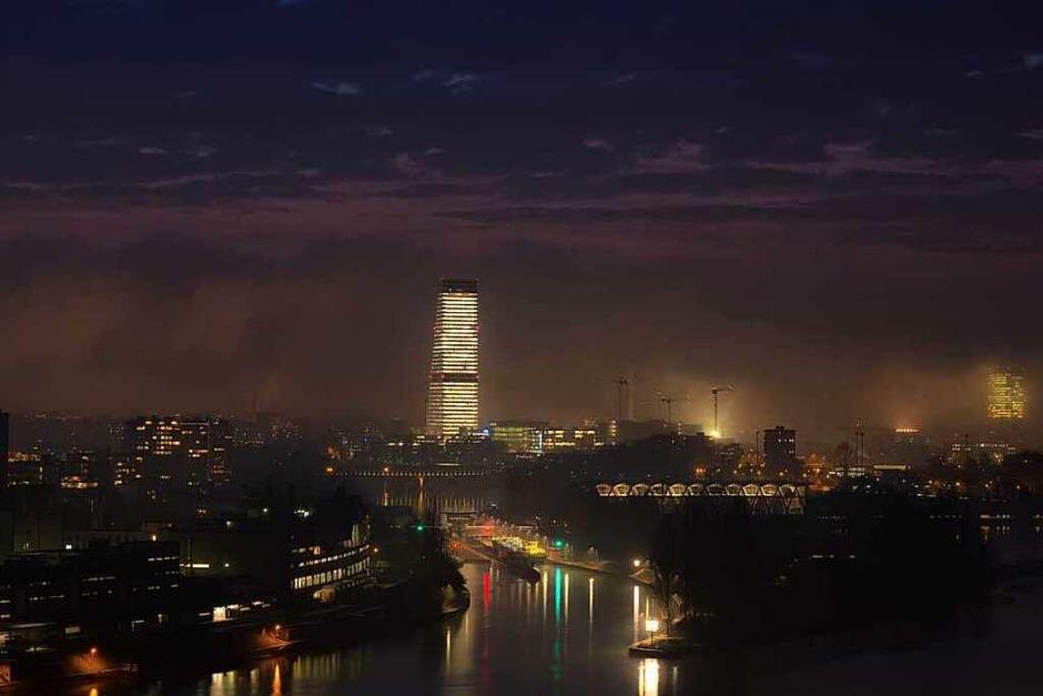 Dies Nachtaufnahme aus  Basel mit Turm hat Christian Kammans aus Grenzach-Wyhlen gemacht. (Foto: Christian Kammans)