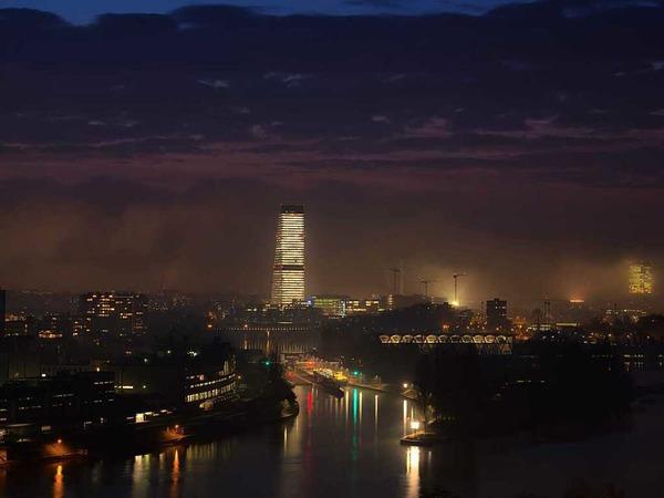 Dies Nachtaufnahme aus  Basel mit Turm hat Christian Kammans aus Grenzach-Wyhlen gemacht.