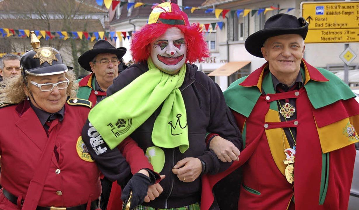 """Abgeführt: """"Adi"""" Schmidle ...rix Lüthe und Zunftchef  Roland Ebner     Foto: Fotos: Hildegard Siebold"""