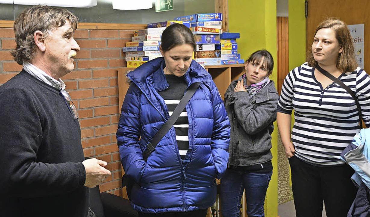 Schulleiter Peter Grimm (links) führte Eltern durch die Hans-Thoma-Schule.   | Foto: Horatio Gollin