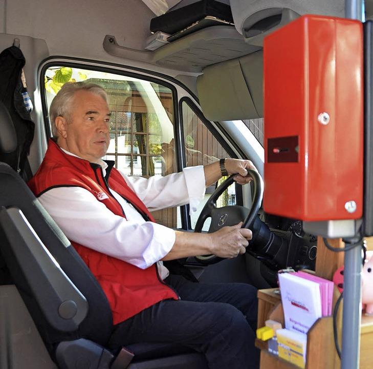 Michael Mros ist einer der Fahrer, die in Breisach den Bürgerbus steuern.   | Foto: Markus Donner