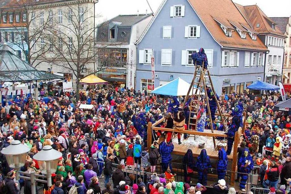 Die Massen strömen schon morgens zum Hängen und Fleddern von TBO-Chef Alex Müller durch die Bohlsbacher Krabbenaze. (Foto: hrö)
