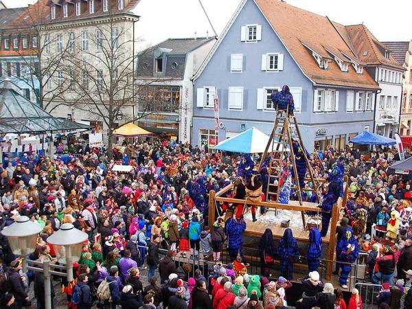 Die Massen strömen schon morgens zum Hängen und Fleddern von TBO-Chef Alex Müller durch die Bohlsbacher Krabbenaze.
