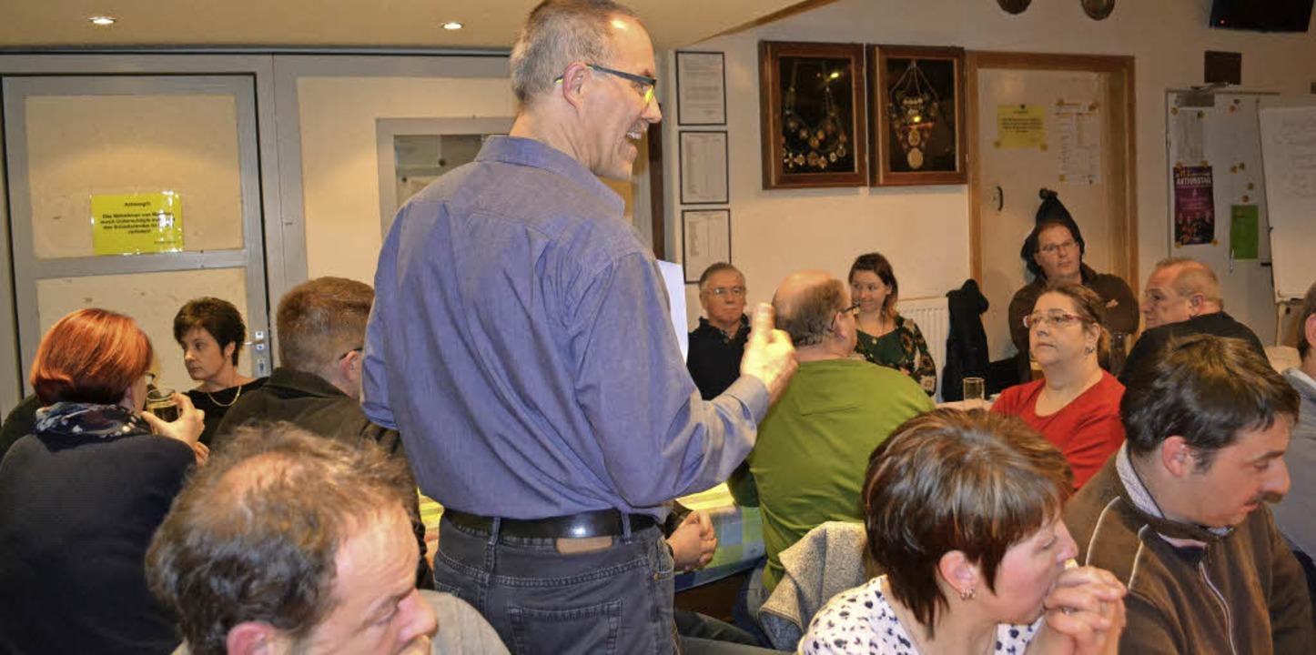 Lebhaft diskutiert wurden zahlreiche T...stehend: Bürgermeister Klaus Rümmele).  | Foto: Paul Berger