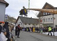 Ganz Rickenbach gab dem Narrenbaum das Geleit