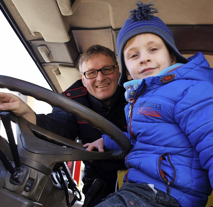 Einmal in einem richtigen Feuerwehraut...e Spritze eine Attraktion für Kinder.   | Foto: Paul Schleer