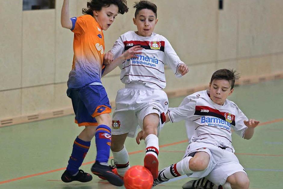Voller Einsatz im U-12-Platzierungsspiel zwischen FCO Dijon (links) und Bayer Leverkusen. (Foto: Uwe Rogowski)