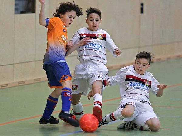 Voller Einsatz im U-12-Platzierungsspiel zwischen FCO Dijon (links) und Bayer Leverkusen.