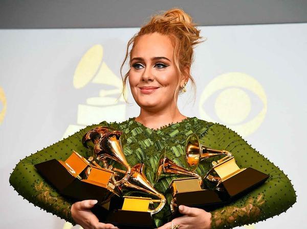 Adele mit ihren fünf Awards