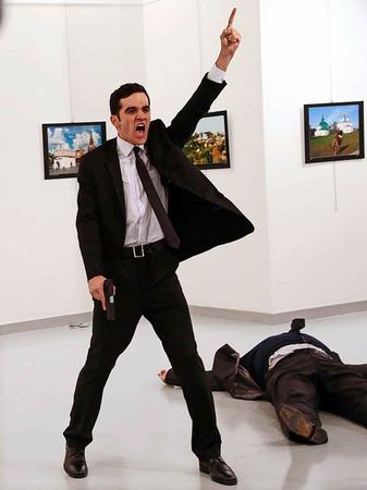 Das Foto des türkischen Fotografen Burhan Ozbilici von der Nachrichtenagentur AP zeigt den türkischen Polizisten, der am 19. Dezember 2016 in einer Galerie in Ankara (Türkei) den russischen Botschafter Andrej Karlow erschießt.