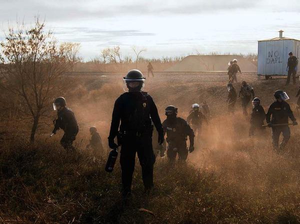 """""""Standing Rock"""" heißt das Foto von Amber Bracken, das den ersten Preis im World Press Photo Wettbewerb in der Kategorie """"Contemporary Issues, Stories"""" gewonnen hat: Es zeigt Polizisten in Morton County, USA. Dort  campieren Demonstranten gegen eine Pipeline, die durch das Territorium eines Indianerstamms führen soll."""