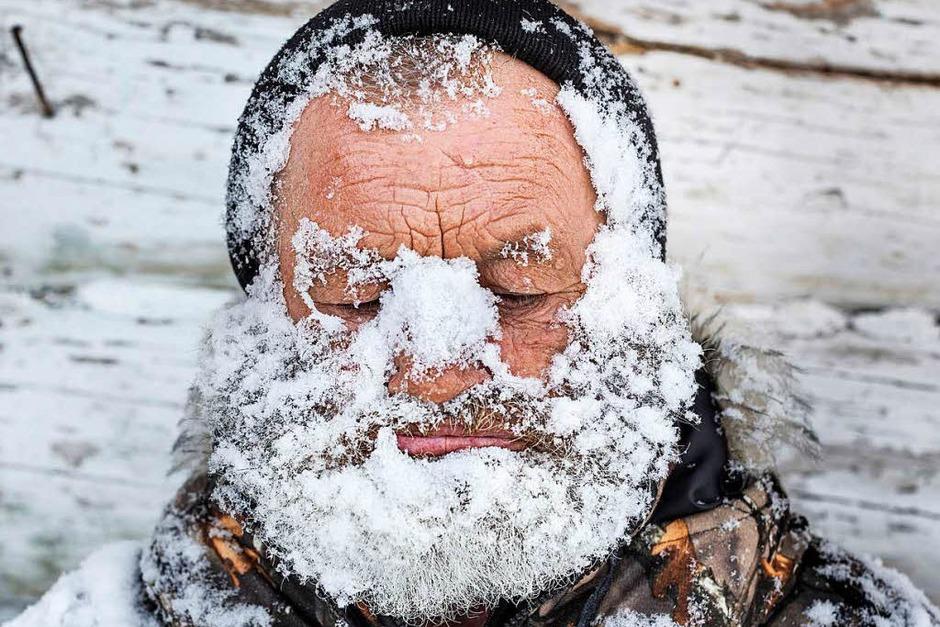 """Mit Schnee bedeckten Jäger in der kleinen Siedlung nahe Nischnjaja am Tunguska-Fluss in Russland: Elena Anosova bekam dafür den zweiten Preis in der Kategorie """"Daily Life, Stories"""". (Foto: dpa)"""