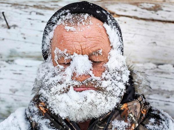"""Mit Schnee bedeckten Jäger in der kleinen Siedlung nahe Nischnjaja am Tunguska-Fluss in Russland: Elena Anosova bekam dafür den zweiten Preis in der Kategorie """"Daily Life, Stories""""."""
