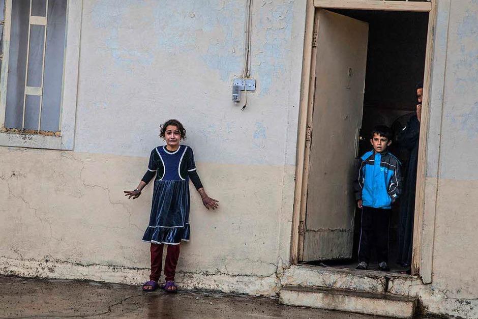 """""""Offensive On Mosul""""  von Laurent Van der Stocktgewann den ersten Preis in der Kategorie """"General News, Singles"""". Es zeigt wie irakische Spezialeinheiten der Golden Division im November 2016 in Gogjali, einem östlichen Bezirk von Mossul, Irak, Häuser nach Kämpfern des Islamischen Staates IS  durchsuchen. (Foto: dpa)"""