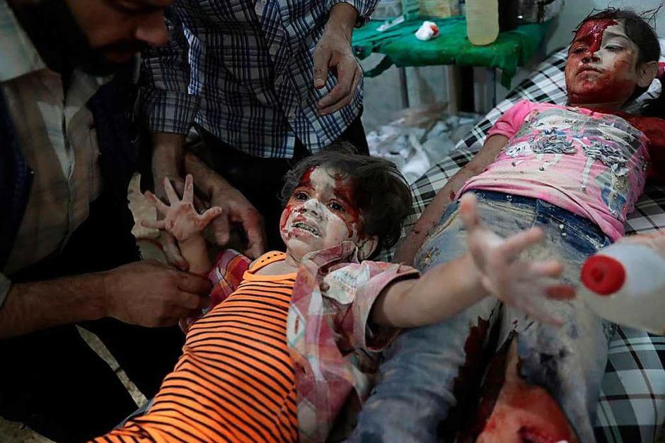 Ein verwundetes syrisches Mädchen weint in einem Behelfskrankenhaus in Douma (Syrien):  Sie wurde nach Berichten durch Luftangriffe der Regierung im Osten von Damaskus (Syrien) verletzt. Das Bild des Fotografen Abd Doumany von der Nachrichtenagentur AFP bekam den zweiten Preis in der Kategorie Spot News, Einzelbild. (Foto: dpa)
