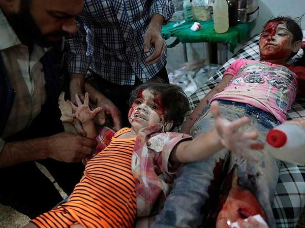 Ein verwundetes syrisches Mädchen weint in einem Behelfskrankenhaus in Douma (Syrien):  Sie wurde nach Berichten durch Luftangriffe der Regierung im Osten von Damaskus (Syrien) verletzt. Das Bild des Fotografen Abd Doumany von der Nachrichtenagentur AFP bekam den zweiten Preis in der Kategorie Spot News, Einzelbild.