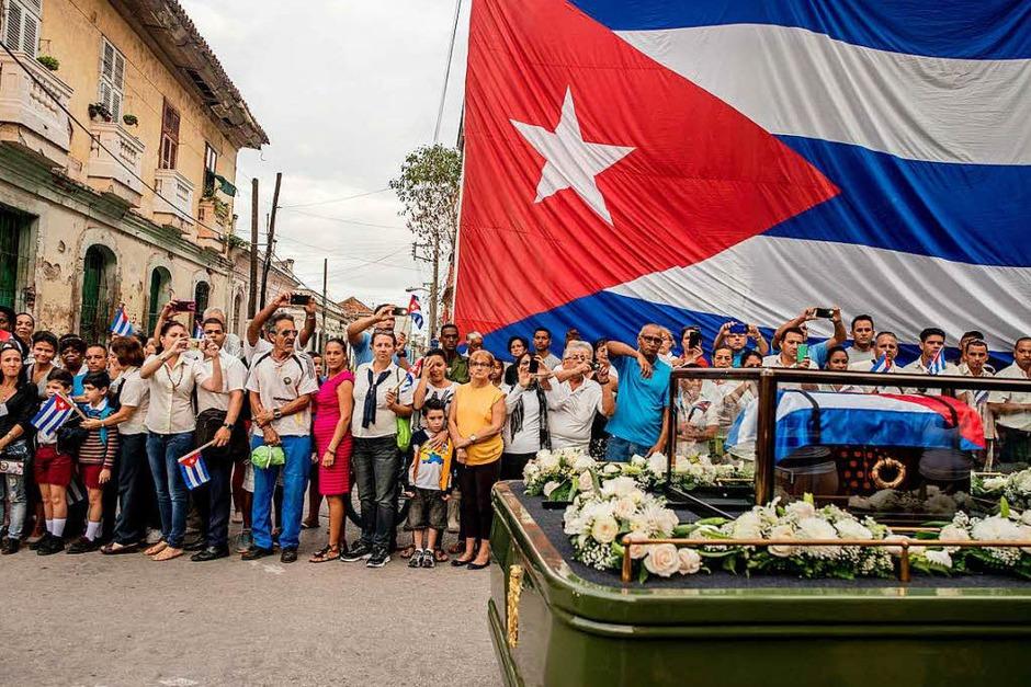 """Tomas Munita fotografierte für die New York Times die Trauer-Prozession für den verstorbenen Fidel Castro am 1. Dezember 2016 in Santa Clara, Kuba. Es erhielt den ersten Preis in der Kategorie """"Daily Life, Stories"""". (Foto: dpa)"""