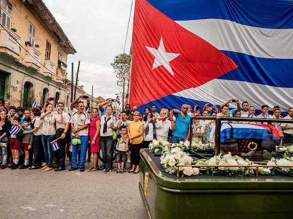 """Tomas Munita fotografierte für die New York Times die Trauer-Prozession für den verstorbenen Fidel Castro am 1. Dezember 2016 in Santa Clara, Kuba. Es erhielt den ersten Preis in der Kategorie """"Daily Life, Stories""""."""