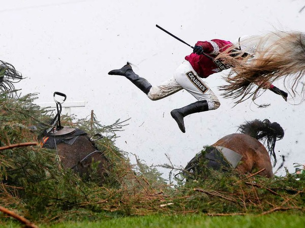 "Jockey Nina Carberry fliegt von ihrem Pferd Sir Des Champ beim Grand National Hindernisrennen (Grand National Meeting) auf der Aintree Racecourse in Liverpool, England.  Tom Jenkins, The Guardian, bekommt den ersten Preis in der Kategorie ""Sports, Singles""."